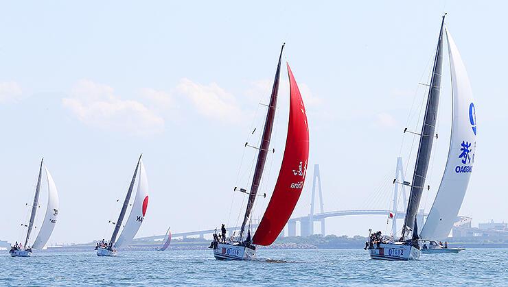 富山湾レースで風を受けて進むヨット=射水市新湊地域沖