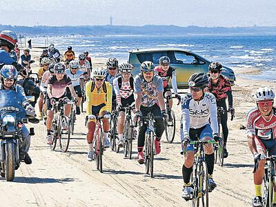 30年ぶりに千里浜快走 ツール・ド・のと開幕 677人参加