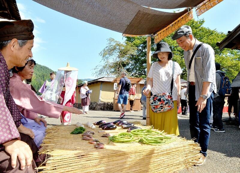 戦国時代の城下町のにぎわいを楽しむ観光客=9月14日、福井県福井市の一乗谷朝倉氏遺跡復原町並