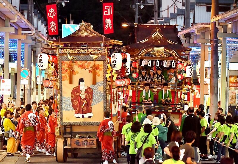 提灯の明かりに彩られ巡行する山車=9月14日、福井県小浜市駅前町