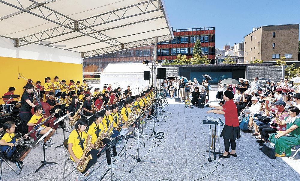 春からの練習の成果を披露する「金沢子どもジャズプロジェクト」のメンバー=金沢市役所庁舎前広場