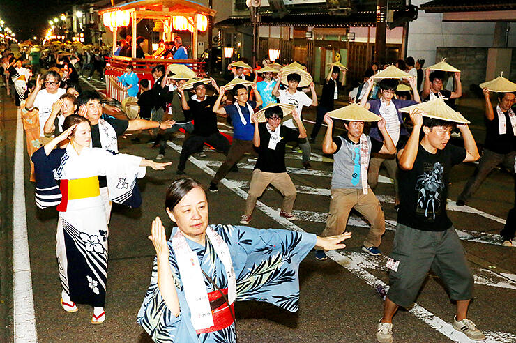 記念手拭いを首に掛け、観光客と地元の踊り手が心行くまで楽しんだ総踊り=南砺市城端