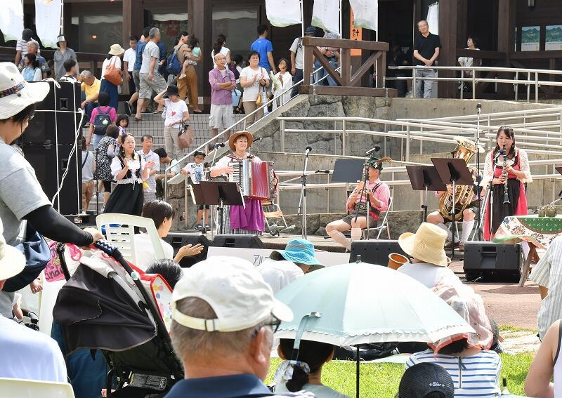 六呂師高原に伸びやかな音楽が響き渡った「アルプス音楽祭」=9月15日、福井県大野市南六呂師