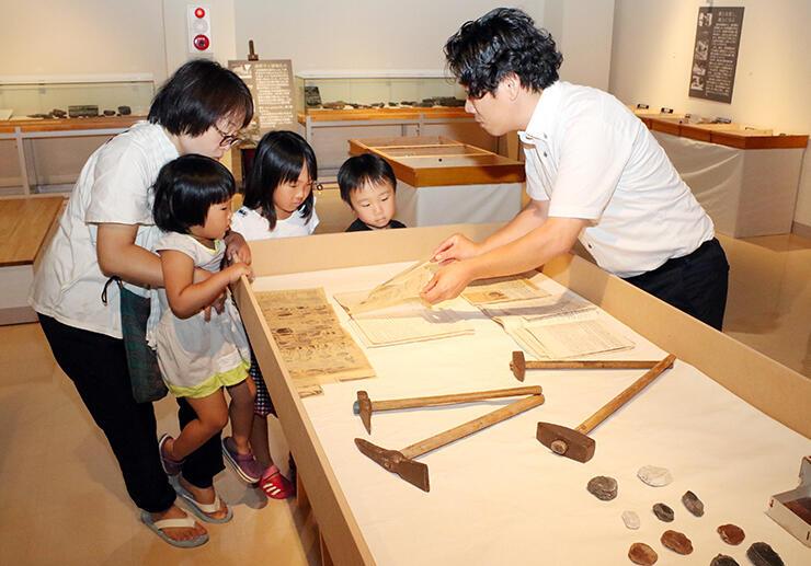 アンモナイトの化石や調査道具などが並ぶ展示