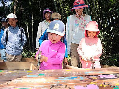 カラフル木道を延長 富山市ファミリーパーク、年長児が絵
