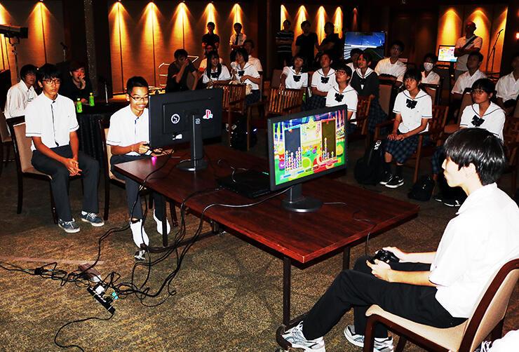 パズルゲームで腕前を競う生徒たち=射水神社