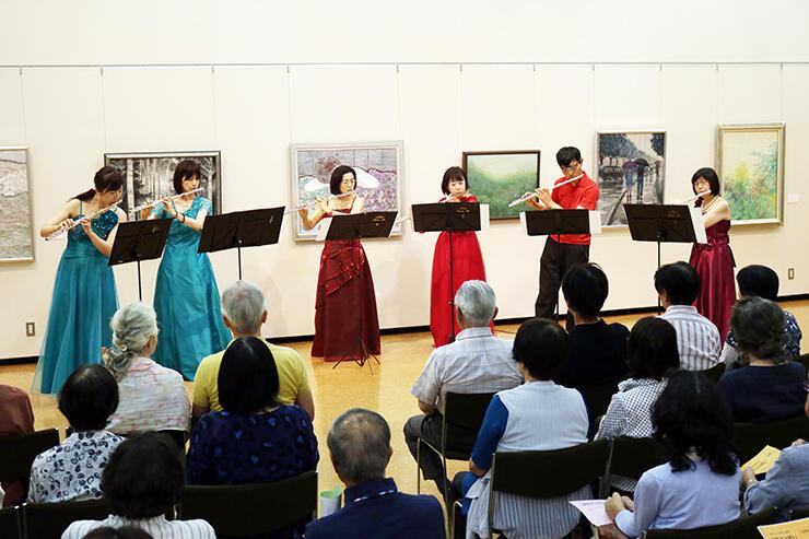 多彩なジャンルの曲を演奏したフルートアンサンブル奏=庄川美術館