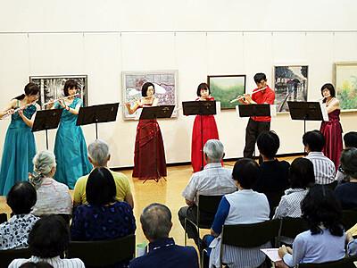 絵に囲まれ音色楽しむ 砺波・庄川美術館