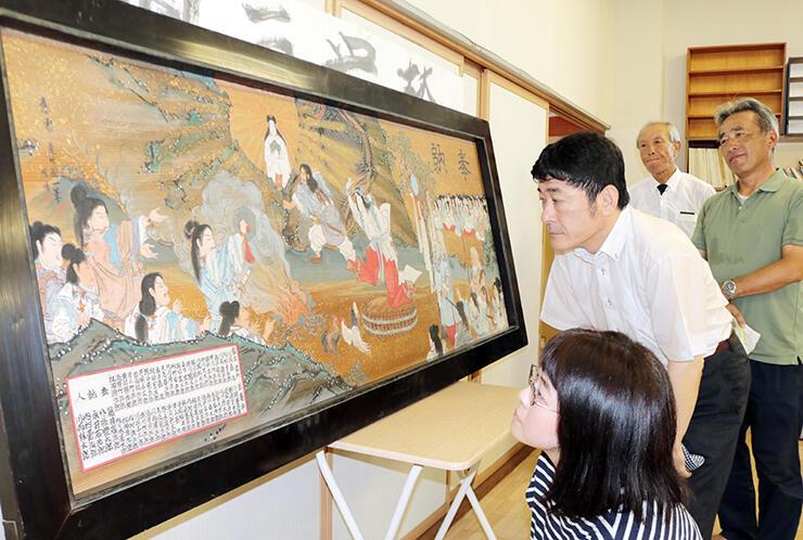尾竹国一の絵馬を調査する(手前から)加藤学芸員と坂森館長