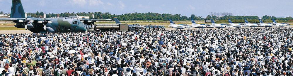 航空ショーを目当てに12万9千人が詰め掛けた航空祭会場=航空自衛隊小松基地