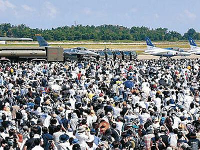 小松の空、12万人くぎ付け 航空祭、ブルーインパルス6機飛行