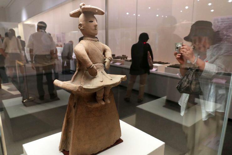 土偶や埴輪が並ぶ特別展=13日、県立歴史博物館