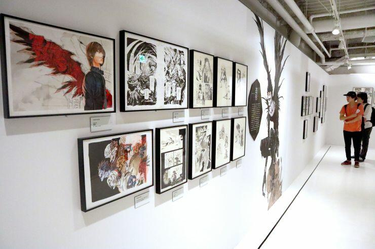 小畑健さん直筆の原画が並ぶ展覧会=14日、新潟市中央区