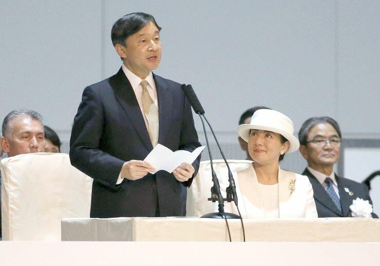 開会式でお言葉を述べられる天皇陛下と皇后さま=16日、新潟市中央区