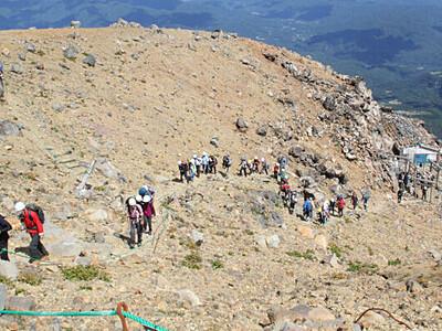 御嶽山頂、王滝側の規制は 木曽町長「期待」、王滝村長「慎重」