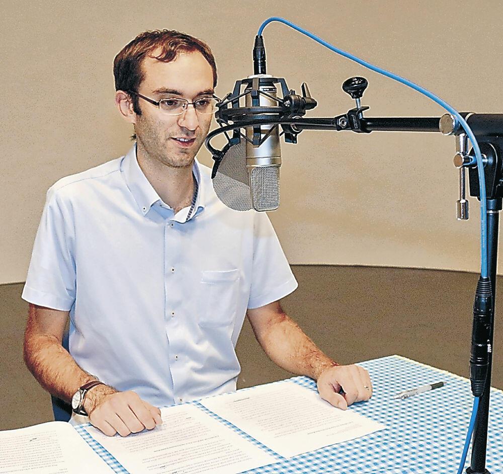 音声ガイドの収録に臨むバナードさん=千木町