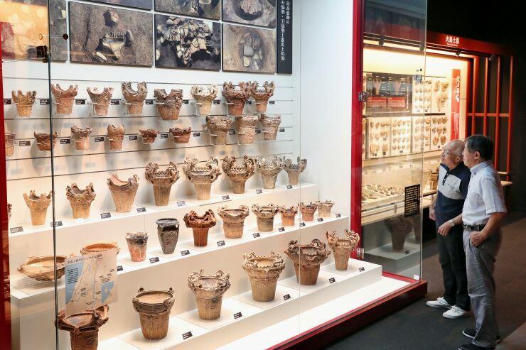 火焰型土器などが並ぶ馬高縄文館の展示室