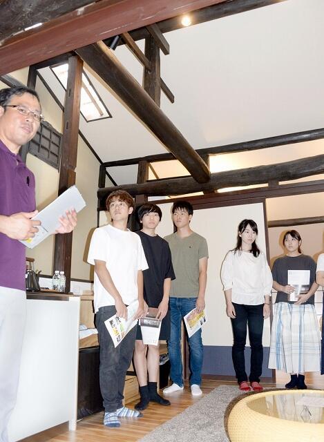 町家を改修した宿を見学する小浜自動車学校生ら=9月17日、福井県小浜市香取