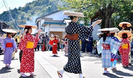 旅人と住民が今庄宿で踊り明かした「羽根曽踊り」を披露する子どもら=9月15日、福井県南越前町今庄