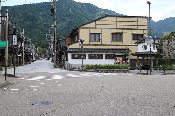 付近にルーターが設置される交差点。奥は八日町通り