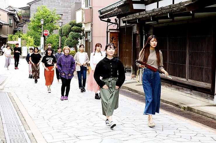 石畳通りで着物ファッションショーのリハーサルを行う学生
