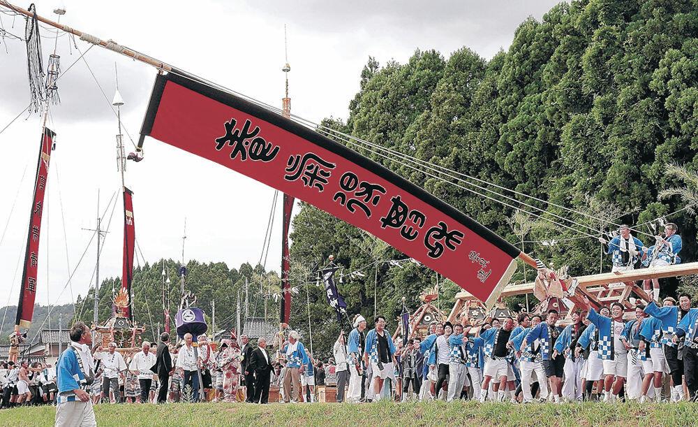 島田くずしを披露する男衆=七尾市中島町谷内