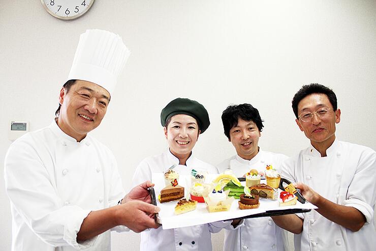 空中カフェで提供するスイーツを紹介する出店者
