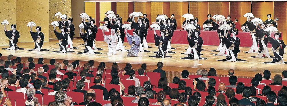 総おどり「金沢風雅」で舞台に勢ぞろいした芸妓衆=金沢市の石川県立音楽堂邦楽ホール