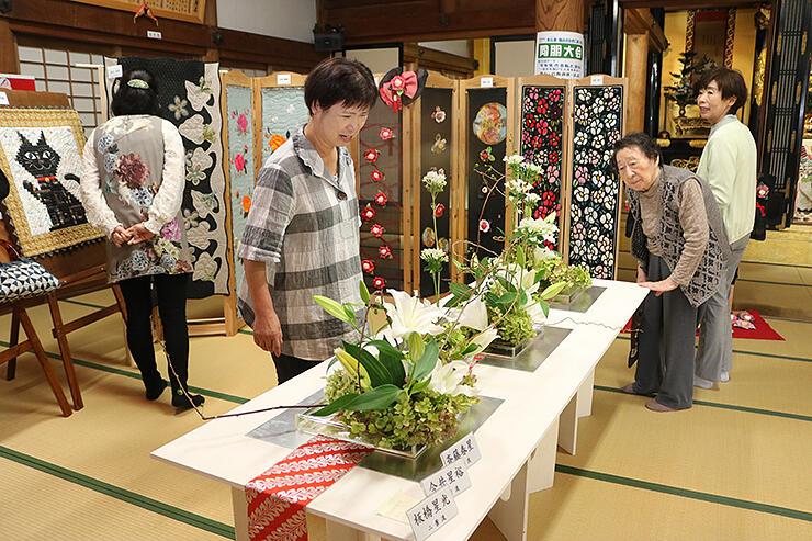 生け花とキルトが競演した展示