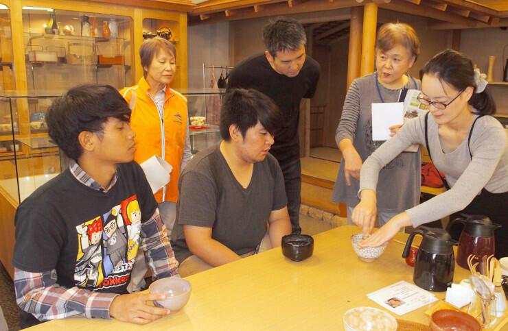 長野市ガイド協会員の案内で外国出身者が茶道体験などをしたツアー