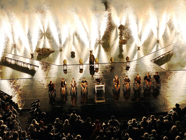 花火がステージを彩った「世界の果てからこんにちは」=県利賀芸術公園野外劇場