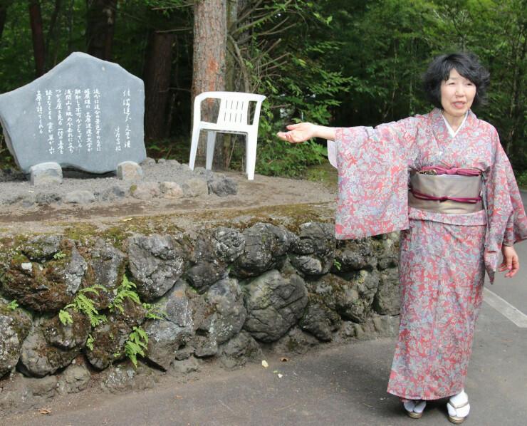 文学碑について説明する陽子さん