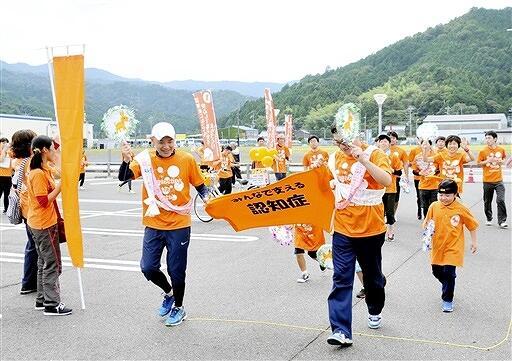 ゴールするランナーたち=22日、福井県おおい町成海のうみんぴあ大飯