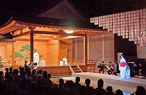 能舞台や越前和紙といった和の要素を取り込んだ小劇場オペラ「出雲阿国」福井公演=22日、福井市のハピリンホール能舞台