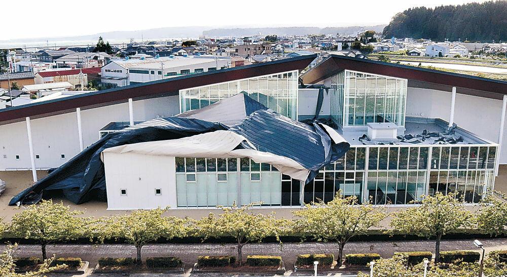 強風に飛ばされた珠洲市民図書館の屋根=同市野々江町