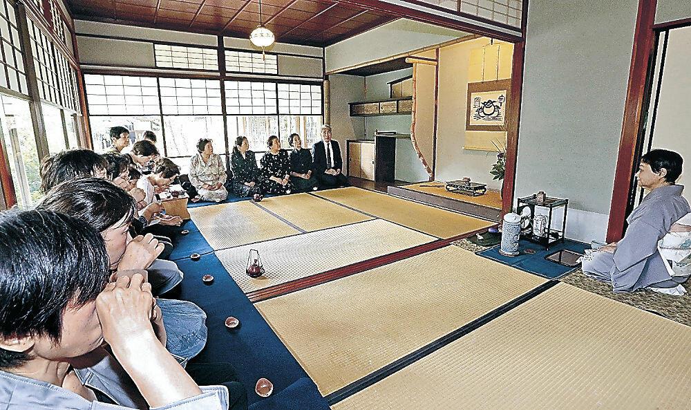 斉泰の隠居所を移築した茶室で、煎茶のもてなしを受ける参加者=金沢21世紀美術館の松涛庵