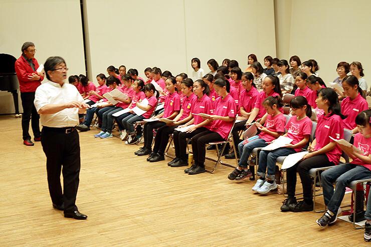 古橋さん(左)と大門さん(左から2人目)の指導を受ける参加者=砺波市文化会館