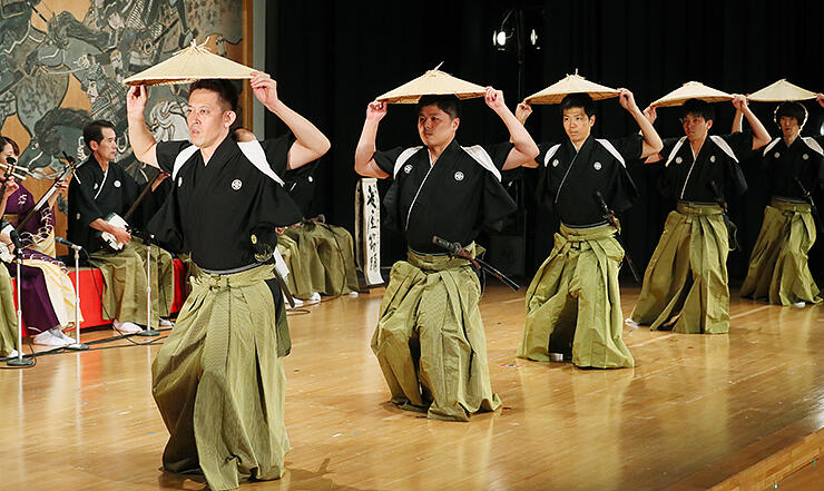 守り伝えている「麦屋節」の笠踊りを力強く披露する越中五箇山麦屋節保存会のメンバー=南砺市下梨
