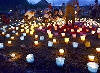約2000個のエコキャンドルをともす住民=9月22日夜、福井県越前町生涯学習センター糸生分館
