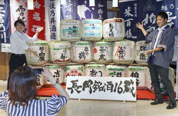 長岡市内全16蔵の酒だるを集めた撮影スポット=JR長岡駅ビル
