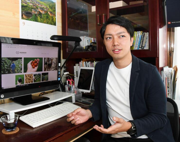 「JiNOMONO」の画面を表示したパソコンの前で語る酒井さん