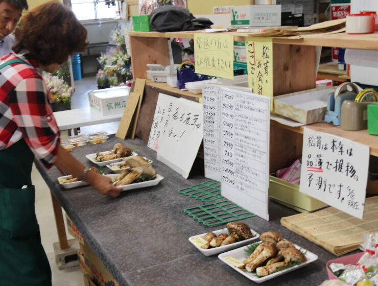 上伊那地方などで採れたマツタケが並ぶ伊那市の直売所。「品薄」の文字も見える