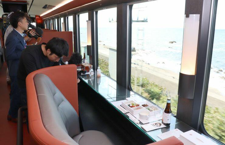 大きな窓が特徴の新観光列車「海里」=9月25日