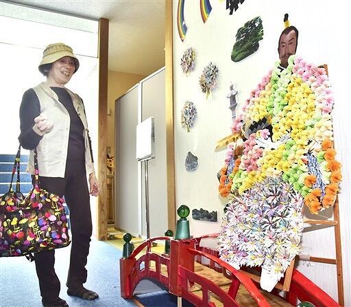 お目見えした折り紙の菊人形=9月25日、福井県越前町厨の道の駅「越前」