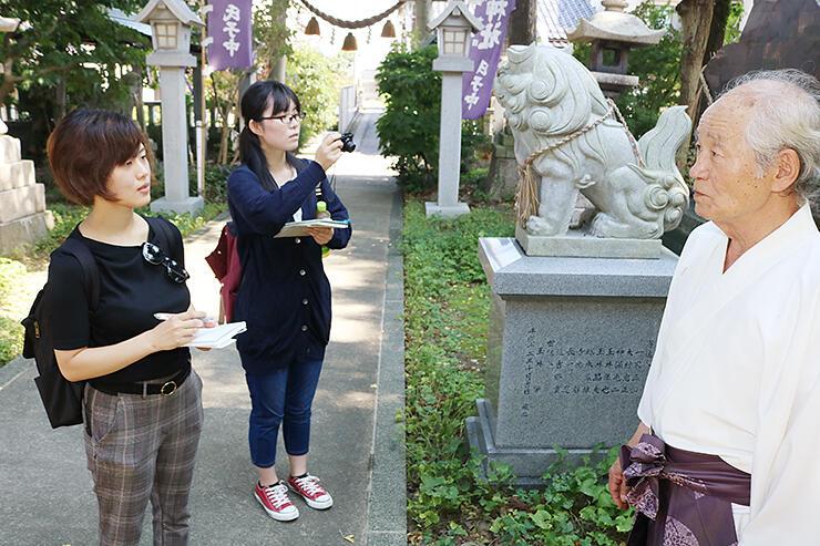 中川熊野神社で宝田宮司(右)に取材するメンバー