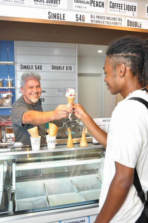 県内産の果物などを使ったアイスクリームを提供するケルトンさん(左)