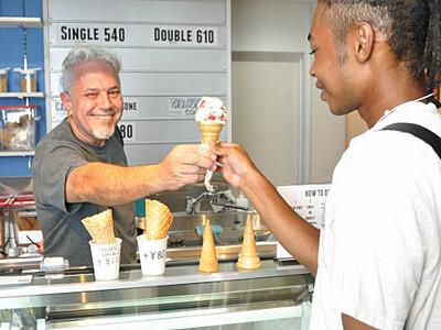 米の人気アイス店、日本1号店松本に 塩尻に30年住むケルトンさん