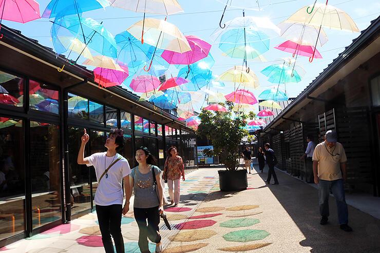 色とりどりのビニール傘が青空に映える「アンブレラテラス」