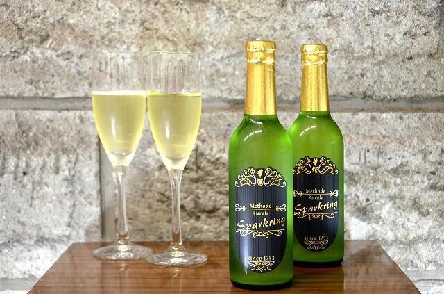豊酒造の新商品「華燭スパークリング メトードリュラル」=福井県鯖江市の同社