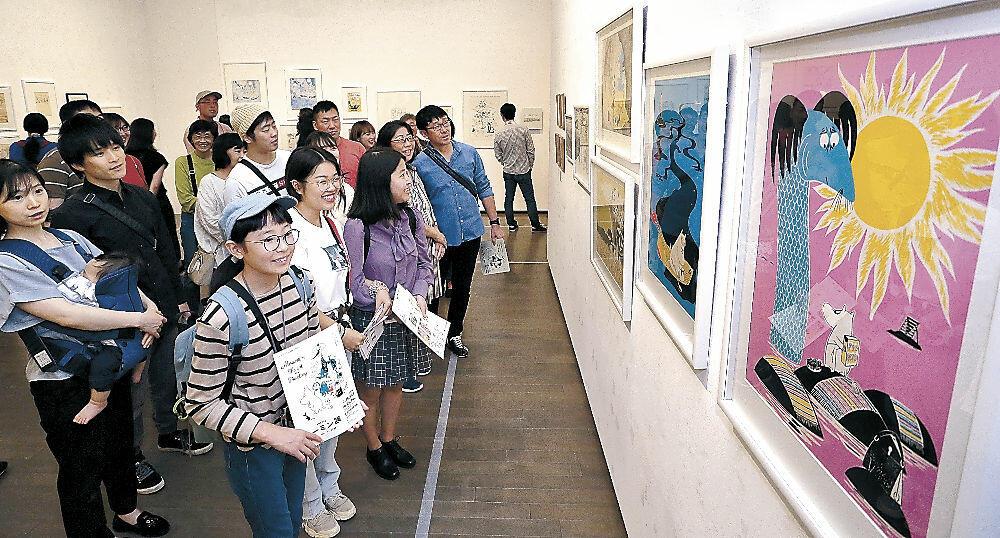 愛らしいムーミンの世界を楽しむ来館者=金沢21世紀美術館